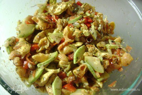 Перемешать овощи с макаронными изделиями, куриным мясом и салатным соусом. Прикрыть и оставить охлаждаться 2 часа.