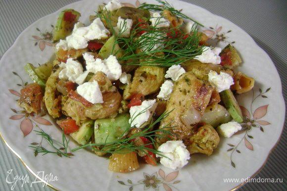Выложить салат в блюдо и посыпать накрошенной фетой или брынзой... ...приятного аппетита!