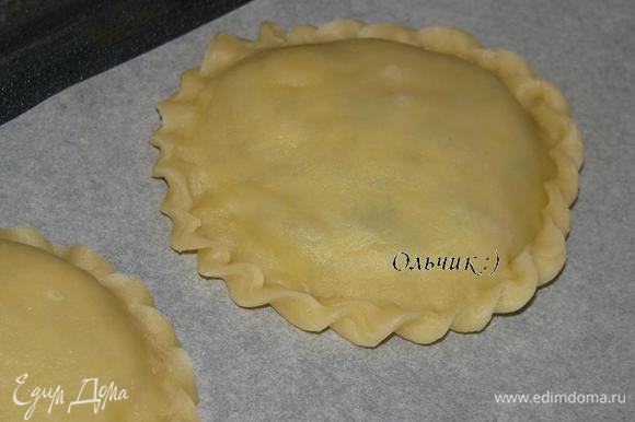 Фигурным гребешком оформляем края пирога. Выкладываем на покрытый пергаментом противень.