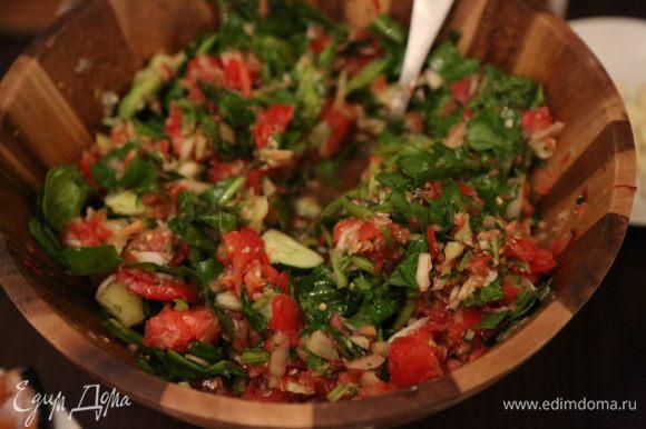 Все отправляем в духовку на 2 часа! А пока делаем салат: помидоры, зелень (много зелени - укроп, кинза, петрушка, шпинат) рубленый мелко лук, чеснок. Все заправляем смесью масел (у меня кунжутное+тыквенное), но подойдет любое - это уже ваша фантазия. Соль по желанию - я не добавляла, так как масло тыквы и кунжута абсолютно не требуют соли делая при этом салат очень вкусным и ароматным.