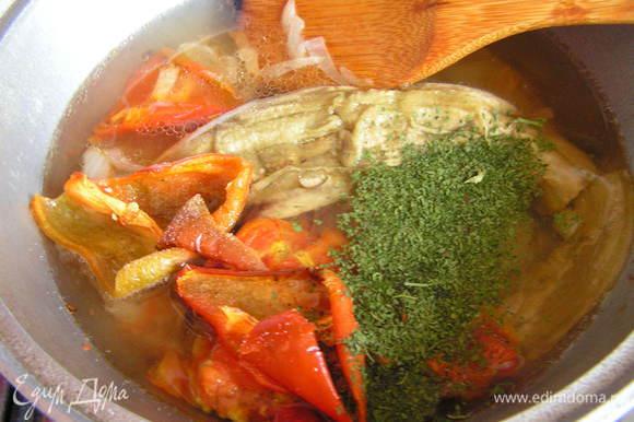 Влить бульон, посолить (если нужно), добавить эстрагон и тушить под крышкой 15-20 минут