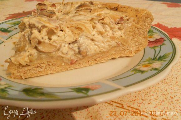 На смазанный маслом противень выложите раскатанное тесто. Смешайте сметану с тмином и начинкой, посолите, поперчите. Выложите начинку на тесто и поставьте в разогретую до 200* духовку на 20 мин. Приятного аппетита!