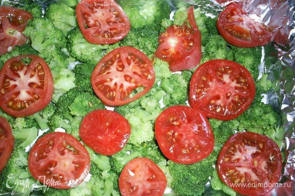 Брокколи выложить в форму для запекания. Сверху в художественном беспорядке раскладываем кружочки помидоров.