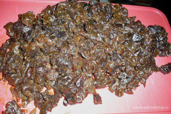 Чернослив заливаем кипятком. Через 5 минут воду сливаем, промываем чернослив и режем на мелкие кусочки.