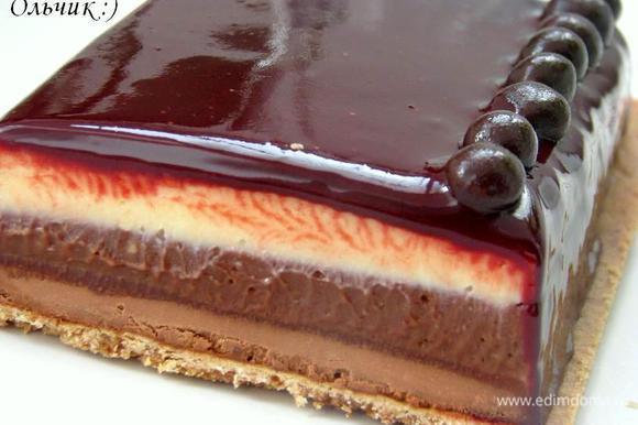 Подача: погружаем большой нож с гладким лезвием в горячую воду. Даём воде стечь. Не вытирая нож нарезаем помадку ломтиками толщиной 1-2 см. Разрезав десерт мы увидим, что слой помадки из белого шоколада немного толще остальных. И это правильно! В нем нет тертого какао, поэтому он должен большим объемом сбалансировать вкус ганаша из черного шоколада. Наслаждайтесь!!!