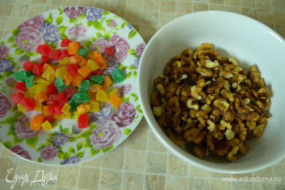 Цукаты и орехи перебрать (приготовить)