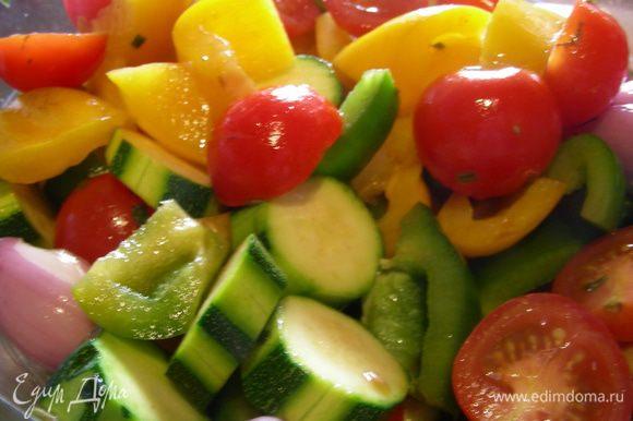 В большой миске соединяем овощи с маринадом, хорошенько перемешиваем, чтобы они все были пропитаны и оставляем мариноваться минимум на 1 час.