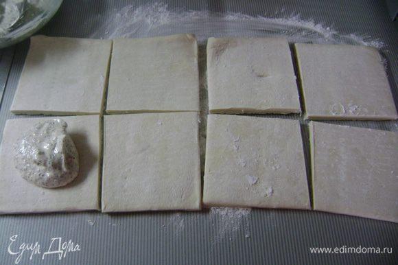 Рабочую поверхность посыпать крахмалом, выложить тесто и разрезать на равные квадраты (сколько их получится, зависит от размера теста).