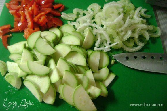 Сельдерей, красный перец и кабачок нарезать ломтиками, фасоль разрезать на кусочки.