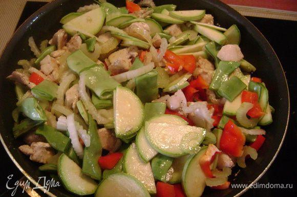 Добавить овощи к курице и томить на среднем огне около 5 мин.