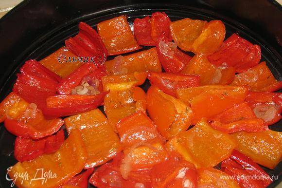 Форму для выпекания смазываем маслом, укладываем перцы вниз шкуркой, близко друг к другу.