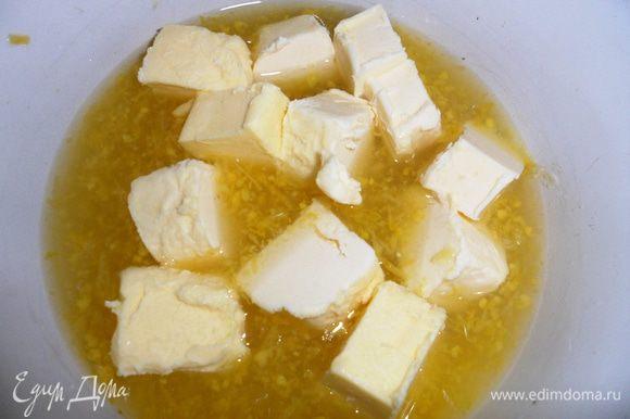 Лимонный крем: В миску наливаем лимонный сок, добавляем 75 гр.сахара, сливочное масло, цедру и доводим до кипения.