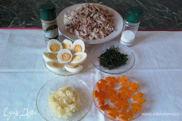 Остывшее мясо порвать руками на мелкие кусочки. В приготовленную посуду для холодца выложить: яйцо, морковь - украшение, куриное мясо равномерно), оставшуюся тертую морковь