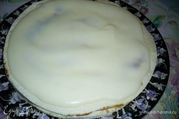 Теперь у нас есть два пути: вариант повседневный и праздничный. Для повседневного нам достаточно перемазать коржи ГОРЯЧИМ кремом. Верх и бока торта тоже щедро смазываем кремом и обсыпаем крошкой.