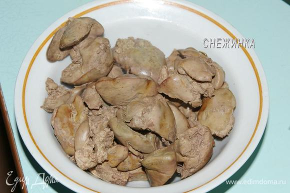 Куриную печень хорошо промываем. Варим 30 минут, добавив соль, лавровый лист и розмарин. Готовую печень остужаем.