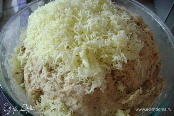 Вмешать в тесто натертый на мелкой терке сыр и оставить тесто ещё на 30 мин.