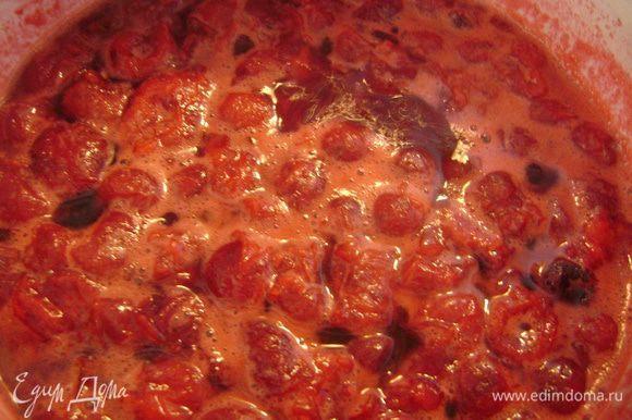 Вишню с сахаром поварить на среднем огне 10 мин. Затем добавить крахмал, разведенный в 1 стол.л. холодной кипяченой воды. Поварить ещё 5 мин. Слить сироп от ягод.