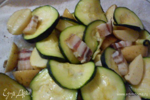 картофель порезать на половинки,натереть солью и перцем и смазать ароматным маслом,выложить в форму,между дольками картошки разложить цукини и кусочки сала,поставить в духовку при т.250 на 45-50мин до готовности