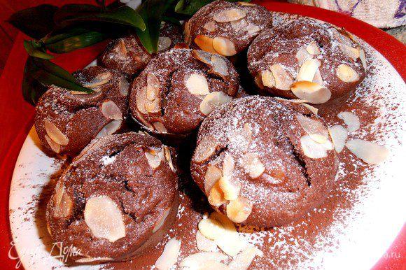 Шоколадные кексы пекутся быстро, 15 минут в разогретой до 180* духовке.