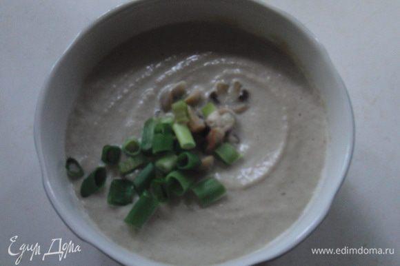 Суп-пюре разлить по тарелкам, украсив отложенными грибами и зеленью.