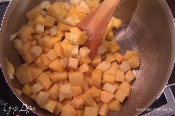 овощи кладем в кастрюлю и немного обжариваем