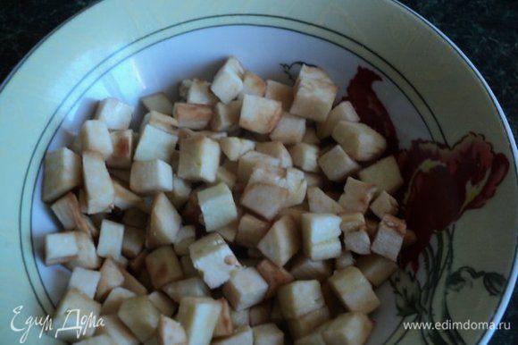 Барлажан очистить от кожицы, нарезать кубиками, посолить и оставить на 10-15мин, затем промыть холодной водой и отжать от лишней влаги.