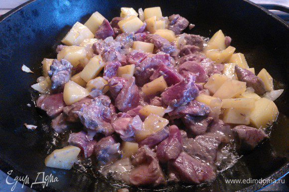 Мясо нарезаем кубиками и добавляем к обжарке. Добавляем 4 ст.л. соевого соуса, перемешиваем и продолжаем обжаривать 10 минут, помешивая.