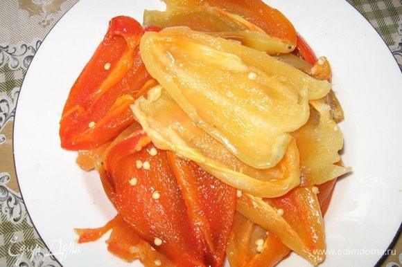 Готовые перцы переложите в пакет, чтобы попотели остывая, так их от шкурки лучше чистить. Почистите от шкурки, от ножки, от семян и разрежьте на 2 части.
