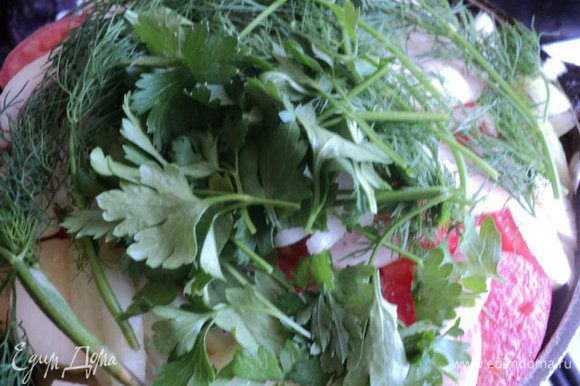 Верхним слоем выложить порезанную четверть кольцами луковицу и пластинки помидора. Положить, не измельчая зелень.