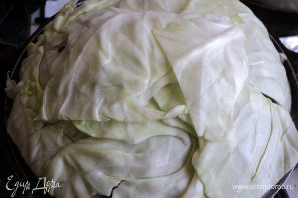 Сверху накрыть листьями капусты, закрыть крышкой. Для более плотного закрытия сверху можно поставить груз. Поставить на плиту, первые 20 минут тушить на сильном огне, затем температуру уменьшить до минимальной и тушить 1 час 10 мин.