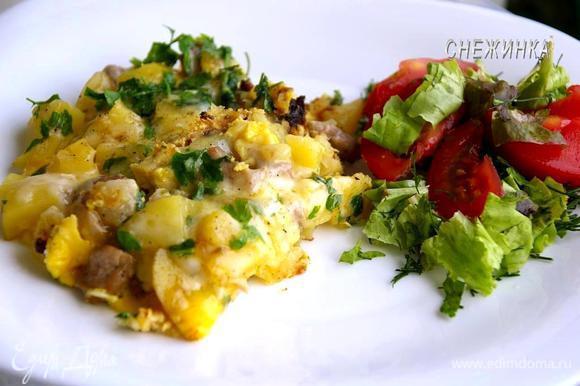 Держим на огне до запекания яиц, около 10 минут. Подаём с легким салатом.