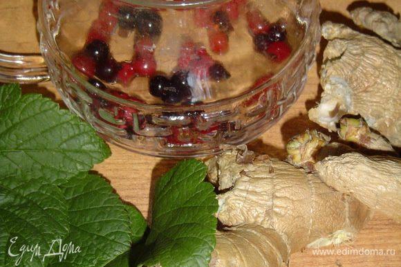Смородину и листья залить кипятком и заваривать в заварочном чайнике до получения выраженного оттенка,