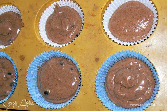 В формы для кексов вставить бумажные формочки и выложить в них массу . Поставить кексы в духовку и выпекать 20-25 мин. Готовые кексы выложить из формы на решетку и дать остыть.
