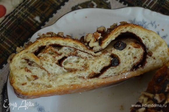 Разогреем духовку до 180гр. и поставим наш хлеб выпекать на 30-35мин. Готовый хлеб достать из духовки,дать остыть.Сверху покроем глазурью и присыплем орехами.