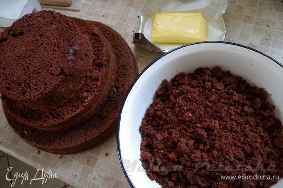 Остатки (обрезки) коржей покрошить, добавить сливочное масло, какао и сахарную пудру (по вкусу).