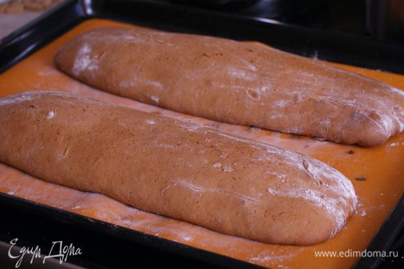 Духовку разогреть до 175 градусов. Запекать бискотти 25-30 минут до золотисто-коричневого цвета и появления трещин на поверхности. Температуру снизить до 160 градусов. а противень вытащить из духовки и оставить бискотти остужаться на 10 минут.