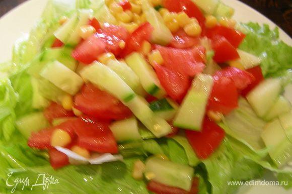 На салатные листья выкладываем овощи.