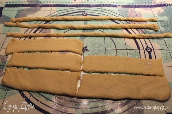 Оставшуюся треть теста раскатать немного, разрезать на 8 полосок шириной 2-3 см и длиной 10-12 см. Каждую полоску немного растянуть в руках и свернуть жгутом. Тесто легко растягивается, потому жгуты будут длинные. Каждый жгут обвалять в тростниковом сахаре.