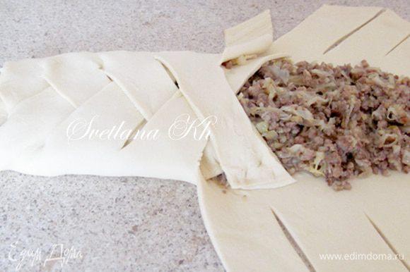 Начинку уложить на тесто и заплести косичкой. Смазать яйцом и посыпать кунжутным семенем. Выпекать до золотистого цвета.