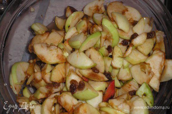 Для начала нужно почистить яблоки и порезать на ломтики. Добавить к яблокам изюм, сахар (сахара нужно в зависимости от того, насколько кислые у вас яблоки), алкоголь (я добавляла ром), перемешать и оставить настаиваться несколько часов.