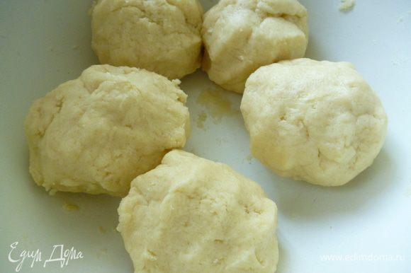 Добавить муку, замесить тесто (оно получается мягким). Разделить тесто на 6 шаров, завернуть в пленку и поставить в холодильник.