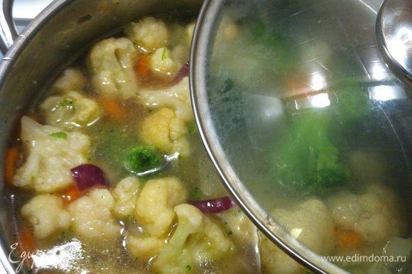 Залить заранее приготовленным бульоном так, чтобы овощи были н полностью в воде. Бульон может быть как мясным, куриным, так и постным. Добавить лавровый лист, соль, перец, специи по вкусу.