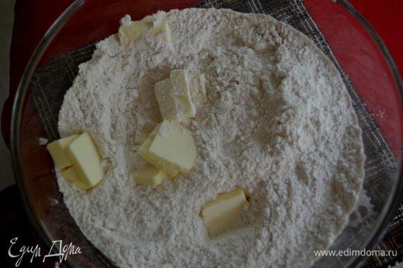 Смешать муку и соль в большой миске.Выложить поверх масло порезанное на кусочки и порубить ножом ,смешав с мукой.