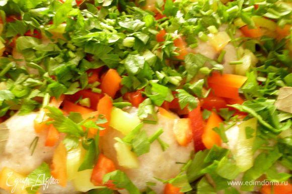 На тефтели выкладываем оставшийся перец,посыпаем зеленью,несколько кусочков лаврового листа.