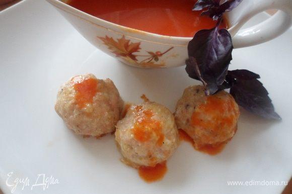 Протереть получившуюся массу через сито, добавить соль, перец чили, мелко нарезанный базилик и варим еще 2-3 минуты. Процеживаем соус, и подаем его с тефтелями
