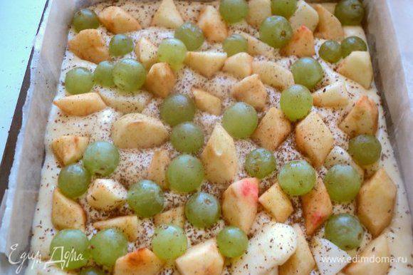 Форму (у меня 20х20см) застелить бумагой для выпечки, смазать маслом и вылить тесто. Сверху выложить дольки яблок, вставляя их перпендикулярно в тесто, и виноград. Посыпать корицей.