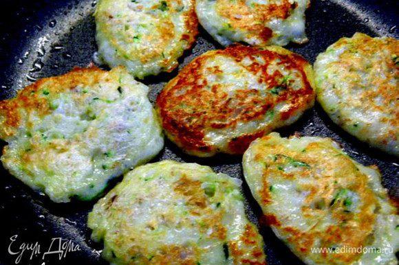 Нагреть сковороду с растительным маслом и жарить оладьи с двух сторон до красивого золотистого цвета.