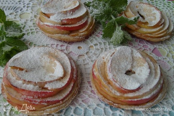 Остывшие пирожные посыпать сахарной пудрой.