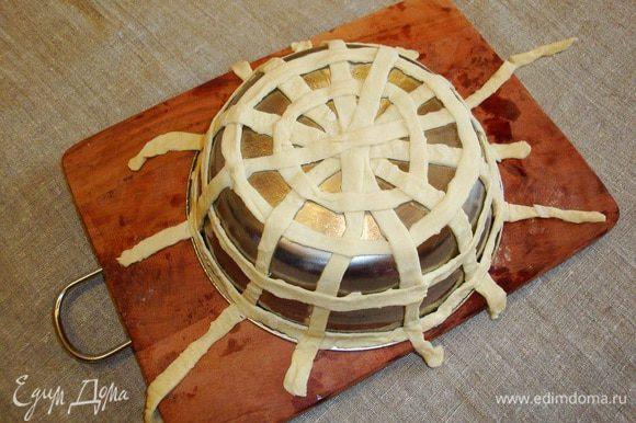 На форму выложить полоски теста, имитируя плетение корзины. Излишки теста по краям формы обрезать острым ножом.