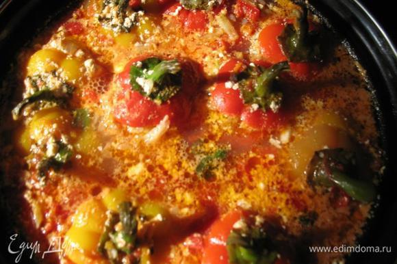 Готовим 15 -20 минут до готовности перцев. В конце добавить мелко нарезанный укроп и тертый чеснок.Приятного аппетита!